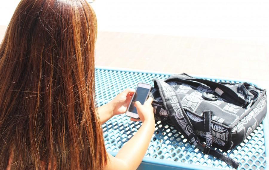 Oxnard+High+School+senior+Alexandria+Valdez+utilizing+her+new+iPhone+6.
